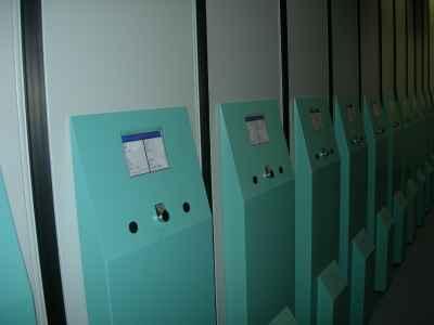 Книгохранилище в ФАО. На стойках размещены данные о хранении изданий для каждого бокса, а также панели управления температурой и влажностью.